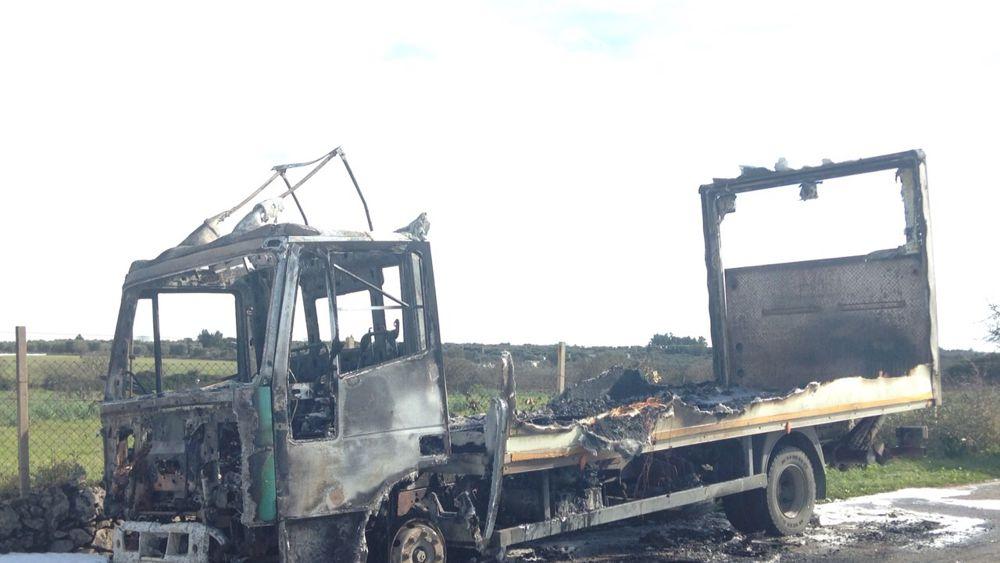 Inferno sulla strada provinciale a fuoco camion carico di for Piani di cabina della torre di fuoco