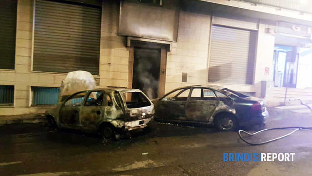 Notte di fuoco nel brindisino in fiamme anche l 39 auto di for Piani di cabina della torre di fuoco