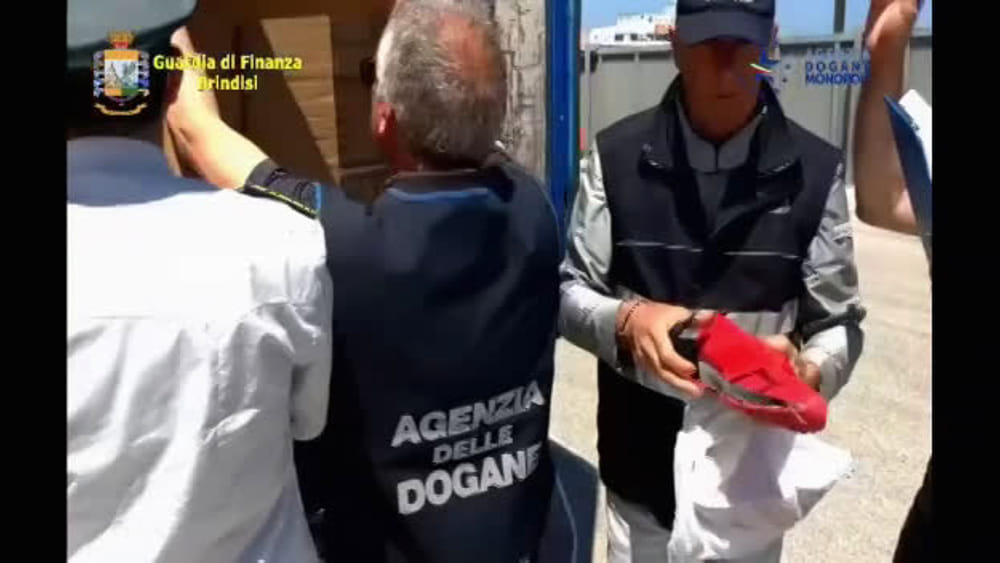 Brindisi, Nike e Converse contraffatte: video del sequestro